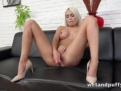 SUPER MODEL Orgasms With An Hitachi Wand
